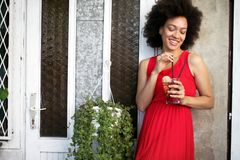 Υγιεινά ποτά, διατροφή και έννοια ανθρώπων Κλείστε επάνω της όμορφης γ στοκ εικόνες