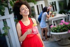 Υγιεινά ποτά, διατροφή και έννοια ανθρώπων Κλείστε επάνω της όμορφης γ στοκ φωτογραφίες