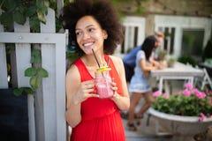 Υγιεινά ποτά, διατροφή και έννοια ανθρώπων Κλείστε επάνω της όμορφης γ στοκ εικόνα με δικαίωμα ελεύθερης χρήσης