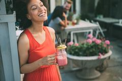 Υγιεινά ποτά, διατροφή και έννοια ανθρώπων Κλείστε επάνω της όμορφης γυναίκας afro στοκ φωτογραφία με δικαίωμα ελεύθερης χρήσης