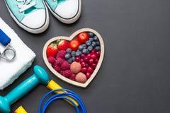 Υγιεινές διατροφή καρδιών και έννοια εξοπλισμού αθλητικής γυμναστικής στον πίνακα στοκ εικόνα με δικαίωμα ελεύθερης χρήσης