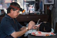 Υγιεινή αυτιών σε ένα παραδοσιακό barbershop στο Βιετνάμ Στοκ εικόνες με δικαίωμα ελεύθερης χρήσης