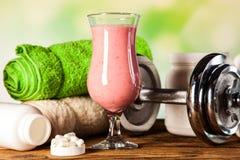 Υγιεινή διατροφή, πρωτεϊνικά κουνήματα και φρούτα στοκ εικόνα