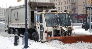 Υγιεινή NYC με το φορτηγό αρότρων που σταθμεύουν στο χιόνι στο Bronx Στοκ εικόνες με δικαίωμα ελεύθερης χρήσης