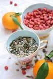 Υγιεινό σιτηρέσιο, μικτοί σπόροι, φυστίκια και κλημεντίνες Στοκ Εικόνα