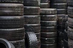 Υγρά ελαστικά αυτοκινήτου αυτοκινήτων Στοκ εικόνα με δικαίωμα ελεύθερης χρήσης
