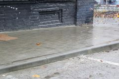Υγρά κεραμίδια ενός πεζοδρομίου πόλεων στη βροχή Στοκ φωτογραφία με δικαίωμα ελεύθερης χρήσης