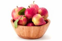 Υγρά οργανικά διαστισμένα μήλα σε ένα κύπελλο μπαμπού που απομονώνεται στο άσπρο υπόβαθρο στοκ φωτογραφία