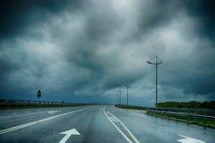 Υγρά οδικά σημάδια κάτω από ένα σκοτάδι θυελλώδες Στοκ εικόνες με δικαίωμα ελεύθερης χρήσης