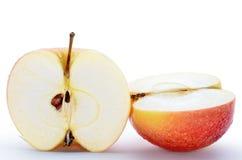 Υγρά, τεμαχισμένα μήλα που απομονώνονται στο άσπρο υπόβαθρο Στοκ φωτογραφία με δικαίωμα ελεύθερης χρήσης