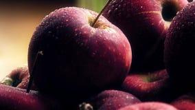 Υγρά ώριμα κόκκινα μήλα σε έναν ξύλινο πίνακα Πυροβολισμός κινηματογραφήσεων σε πρώτο πλάνο Στοκ Εικόνες