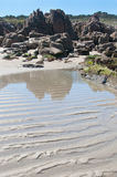 Υγρές κυματώσεις άμμου στην παραλία Στοκ Φωτογραφία