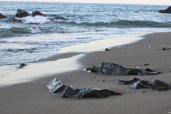Υγρές πέτρες στην παραλία, Μάλαγα, Ισπανία Στοκ εικόνα με δικαίωμα ελεύθερης χρήσης