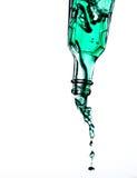 υγρή έκχυση μπουκαλιών στοκ φωτογραφία με δικαίωμα ελεύθερης χρήσης