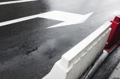 Υγρή αστική οδός με τον οδικό χαρακτηρισμό βελών Στοκ Φωτογραφία