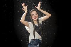 Υγρή γυναίκα που κρατά μια φανταστική κορώνα στοκ φωτογραφία με δικαίωμα ελεύθερης χρήσης