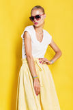 Υγρή γυναίκα στα ρόδινα γυαλιά ηλίου και την κίτρινη φούστα Στοκ Εικόνες