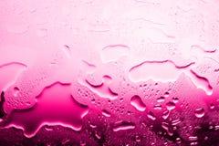 Υγρή επιφάνεια γυαλιού στις πτώσεις του νερού, ρόδινη κλίση, ζεστό νερό της υψηλής θερμοκρασίας θέρμανσης, σύσταση του νερού στοκ φωτογραφία με δικαίωμα ελεύθερης χρήσης