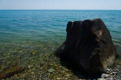 Υγρή πέτρα στην παραλία Στοκ εικόνα με δικαίωμα ελεύθερης χρήσης
