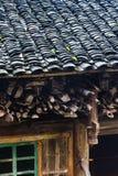 υγρή στέγη της βροχής εξοχικών σπιτιών την άνοιξη Στοκ Εικόνες