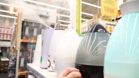 Υγραντής αέρα στο ράφι μαγαζιό, προθήκη οικιακών ενυδατική συσκευών 4k απόθεμα βίντεο