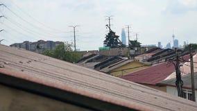 Υγρασία που εξατμίζει στη στέγη σπιτιών φιλμ μικρού μήκους