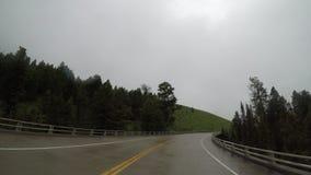 Υγρός δρόμος στα βουνά τη συννεφιάζω ημέρα απόθεμα βίντεο