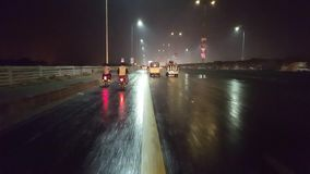 Υγρός δρόμος του Καρατσιού κατά τη διάρκεια της βροχής τη νύχτα απόθεμα βίντεο