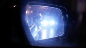 Υγρός οπισθοσκόπος καθρέφτης αυτοκινήτων Νυχτερινή αστική κυκλοφορία φιλμ μικρού μήκους