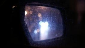 Υγρός οπισθοσκόπος καθρέφτης αυτοκινήτων Νυχτερινή αστική κυκλοφορία απόθεμα βίντεο