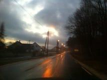 Υγρός, σκοτεινός δρόμος με το φως Στοκ Εικόνες
