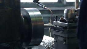 Υγρό γαλάκτωμα μηχανών άλεσης με τα λιπαντικά που χύνουν σε ένα μέταλλο απόθεμα βίντεο
