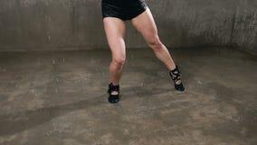 Υγρό κορίτσι χορευτών που χορεύει κάτω από τις πτώσεις του νερού στο στούντιο πριν από το φως στούντιο Βροχή, υγρός χορευτής κορι απόθεμα βίντεο
