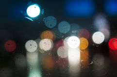 Υγρό παράθυρο με το υπόβαθρο της πόλης νύχτας Στοκ εικόνα με δικαίωμα ελεύθερης χρήσης