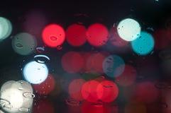 Υγρό παράθυρο με το υπόβαθρο της πόλης νύχτας Στοκ Εικόνα