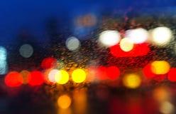 Υγρό παράθυρο με το υπόβαθρο της πόλης νύχτας Στοκ Φωτογραφία