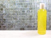Υγρό σαπούνι σε ένα μπουκάλι σε ένα ελαφρύ υπόβαθρο στοκ εικόνες