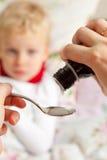 Υγρό σιρόπι ιατρικής για τη γρίπη και την κρύα υγειονομική περίθαλψη Στοκ Φωτογραφίες