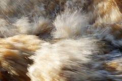 Υδατώδης έκρηξη στον ποταμό στοκ εικόνες