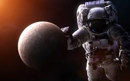Υδράργυρος σε ένα θολωμένο υπόβαθρο με έναν γιγαντιαίο αστροναύτη Τα στοιχεία της εικόνας εφοδιάζονται από τη NASA στοκ εικόνα με δικαίωμα ελεύθερης χρήσης
