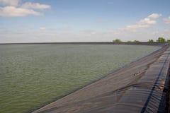 Υδραγωγείο δεξαμενών με το πλαστικό σκάφος της γραμμής Στοκ φωτογραφία με δικαίωμα ελεύθερης χρήσης