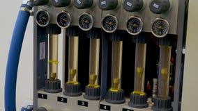 Υδραυλικά αναλογικά βιομηχανικά όργανα μέτρησης στο εργοστάσιο Όργανα για τη μέτρηση απόθεμα βίντεο