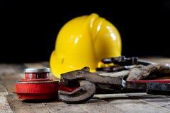 Υδραυλική, εργαλεία για τον υδραυλικό στον ξύλινο πίνακα Το εργαστήριο, παρουσιάζει το α στοκ φωτογραφίες με δικαίωμα ελεύθερης χρήσης