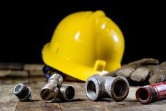 Υδραυλική, εργαλεία για τον υδραυλικό στον ξύλινο πίνακα Το εργαστήριο, παρουσιάζει το α στοκ φωτογραφίες
