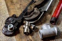 Υδραυλική, εργαλεία για τον υδραυλικό στον ξύλινο πίνακα Το εργαστήριο, παρουσιάζει το α στοκ φωτογραφία με δικαίωμα ελεύθερης χρήσης