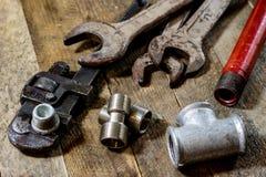 Υδραυλική, εργαλεία για τον υδραυλικό στον ξύλινο πίνακα Το εργαστήριο, παρουσιάζει το α στοκ εικόνα με δικαίωμα ελεύθερης χρήσης