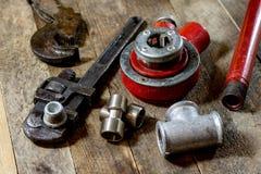 Υδραυλική, εργαλεία για τον υδραυλικό στον ξύλινο πίνακα Το εργαστήριο, παρουσιάζει το α στοκ φωτογραφία