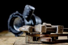Υδραυλική, εργαλεία για τον υδραυλικό στον ξύλινο πίνακα Το εργαστήριο, παρουσιάζει το α στοκ εικόνες
