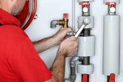 Υδραυλικός με το γαλλικό κλειδί μετάλλων στοκ εικόνες με δικαίωμα ελεύθερης χρήσης