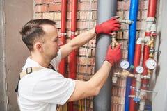 Υδραυλικός που εγκαθιστά και να τοποθετήσει εξοπλισμός νερού - μετρητής, φίλτρο και μειωτής πίεσης στοκ εικόνες